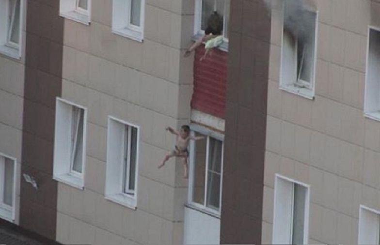 Wyrzuciła swoje dzieci przez okno. Uratowała im życie