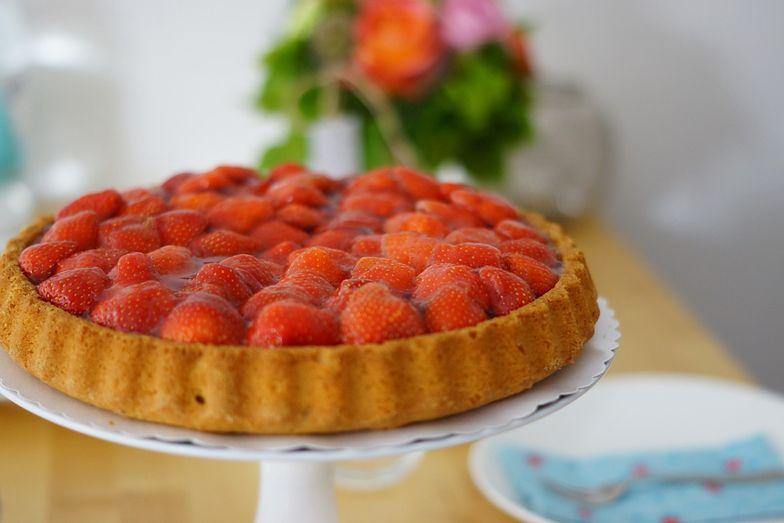 Tarta z truskawkami bez pieczenia. Łatwy przepis na lato