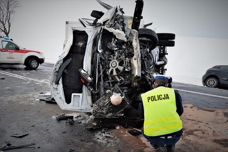 Mercedes zmieniał pas. Na drodze krajowej nr 91 zginęły dwie osoby