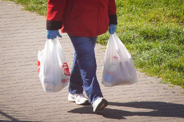 Koronawirus. Jak bezpiecznie rozpakować zakupy?
