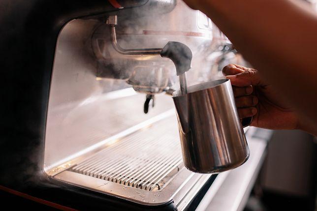 Odkamienianie ekspresu do kawy powinno się przeprowadzać mniej więcej co miesiąc