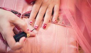 Łatwe wzory na paznokcie można stworzyć przy użyciu samych lakierów lub pomóc sobie rozmaitymi akcesoriami do manicure'u
