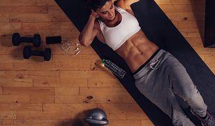 Wykonywanie 100 brzuszków dziennie wzmocni mięśnie brzucha