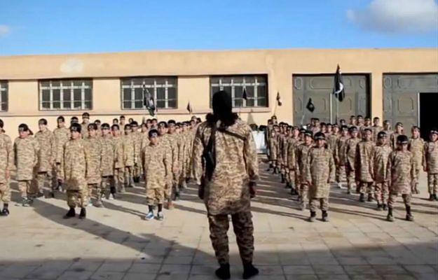 Dzieci w specjalnych obozach uczone są przeprowadzania zamachów i posługiwania się bronią