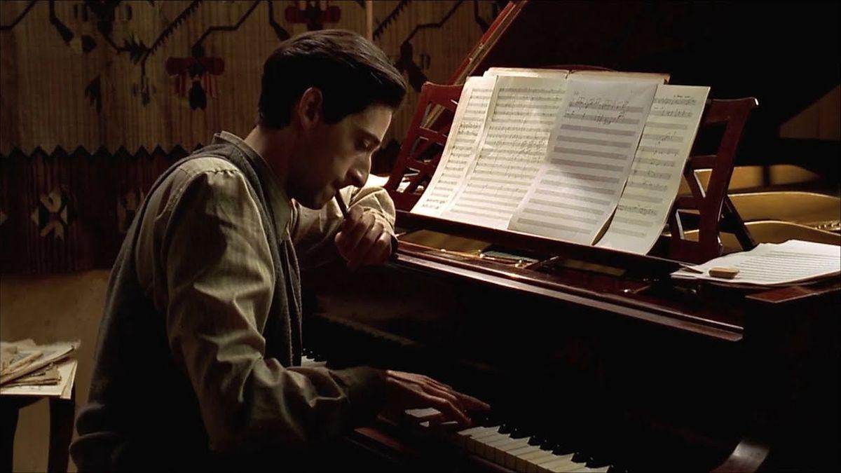 """Kadr z filmu """"Pianista"""" inspirowanego historią Władysława Szpilmana."""