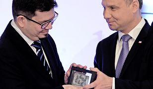 Wojciech Wencel odbiera nagrodę od Andrzeja Dudy