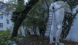"""""""Tyłki"""", czyli """"Prdele"""", rzeźba Davida Cernego w Pradze, fot. Filip Springer"""