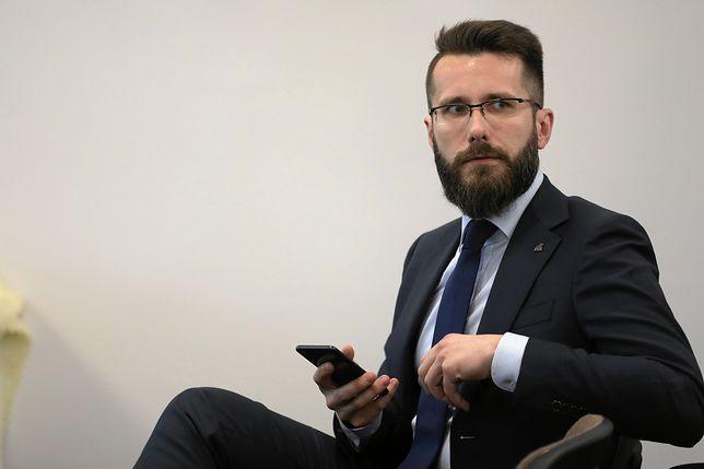 """""""Tłit"""". Radosław Fogiel skomentował sondaż o Marianie Banasiu. Mówił też o operacji Jarosława Kaczyńskiego"""