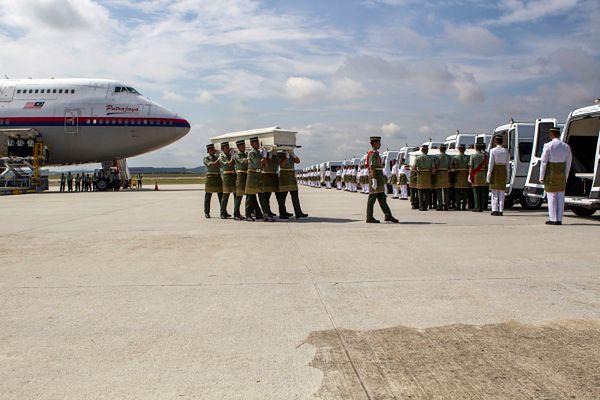 Na płycie lotniska są rodziny ofiar, rodzina królewska i przedstawiciele rządu