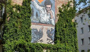 Wizerunek poety Edwarda Stachury został utrwalony na murze kamienicy bna warszawskim Grochowie.