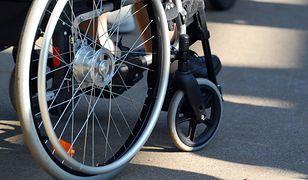 Chłopiec na wózku porzucony przez matkę