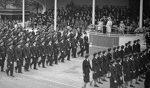Król Jerzy VI pozdrawia uczestników Parady Zwycięstwa. Zabrakło wśród nich Polaków