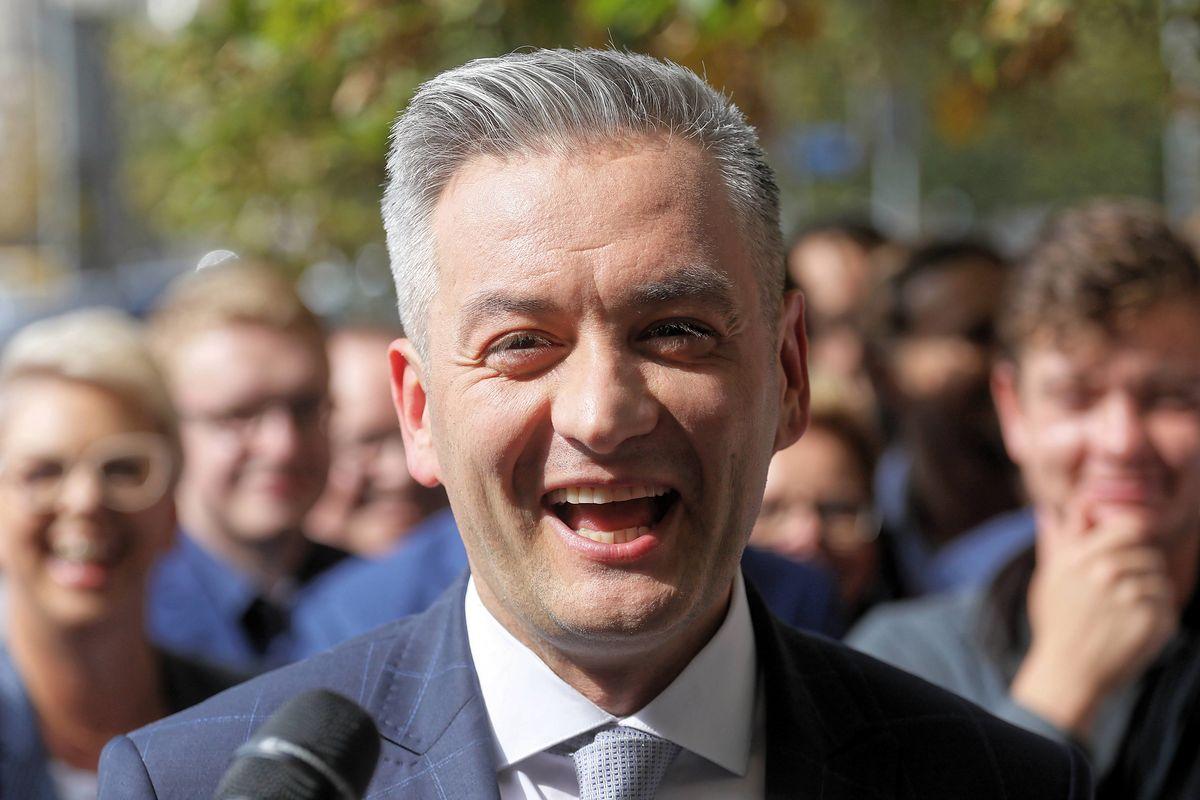 Robert Biedroń składa życzenia politykom. Pawłowicz dostała od niego prezent