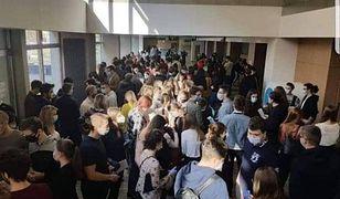 Tłum czekający na kolokwium w Katowicach. Studenci wezwali policję