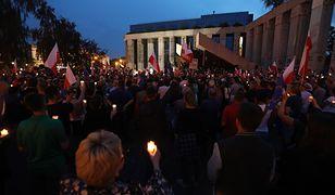 Łańcuch światła wokół Sądu Najwyższego w Warszawie.