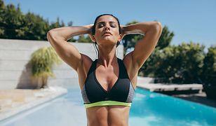 Stanik sportowy to niezbędny elementy damskiego stroju do treningów.