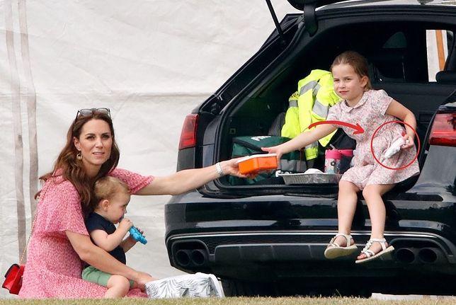 Księżniczka Charlotte bawi się zabawką za 30 zł