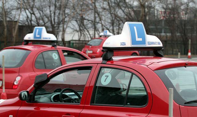Egzamin zdasz w samochodzie szkoły jazdy