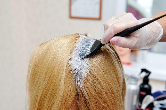 Truskawkowy blond pasuje do posiadaczek jasnych pasm.