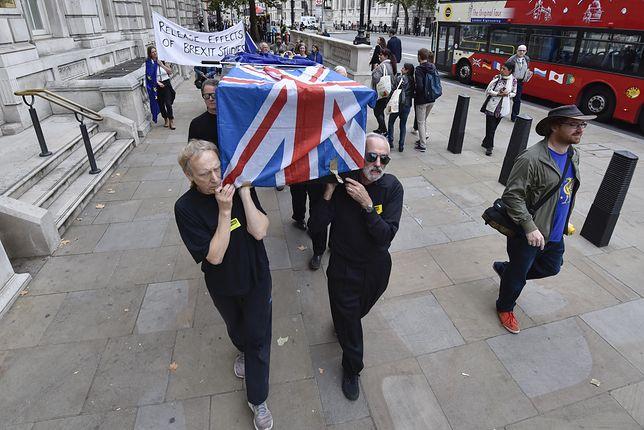 """Demonstranci w Londynie protestują przeciwko Brexitowi i """"śmierci demokracji"""""""