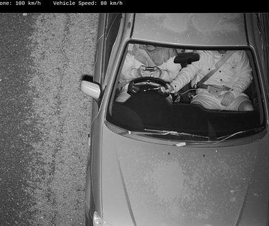 Zdjęcie z kamery wykrywającej używanie telefonu w czasie jazdy