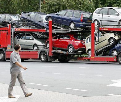 Używane samochody na lawecie - fot. PAP/Lech Muszyński