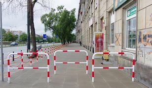 Warszawa. Zagrodzenie chodnika przez wspólnotę mieszkaniową