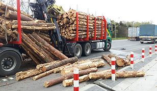 Wypadek z udziałem ciężarówki transportującej drewno