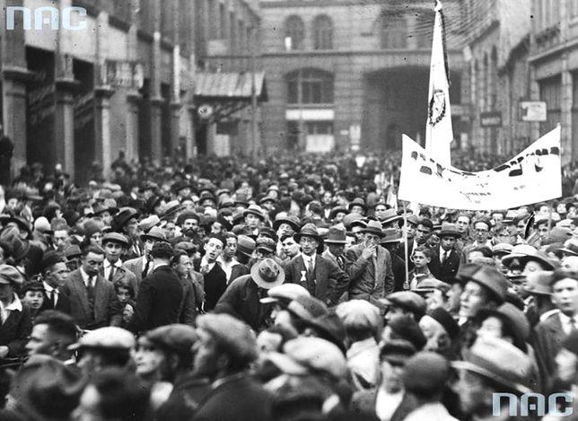 Demonstracje Żydów przeciwko zakazowi wyjazdu do Palestyny, ulica Nalewki w Warszawie. 11 czerwca 1930 r.