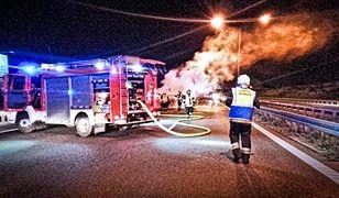 W gaszeniu płonącego auta na S8 brało udział kilka zastępów straży pożarnej.