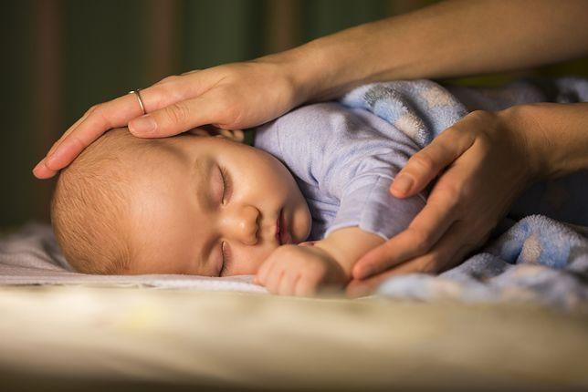 Wstają w nocy i sprawdzają co 10 minut, czy ich dziecko oddycha. Czego najbardziej boją się młode matki