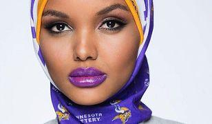 Halima Aden ma zaledwie 166 cm, czego nie można określić raczej mianem wzrostu wybiegowego.