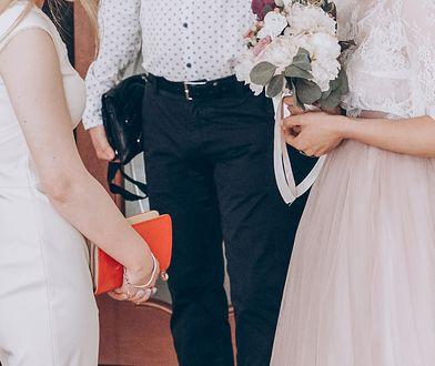 Strój na wesele może wzbudzić kontrowersje. Panna młoda skrytykowała siostrzenicę