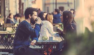 Brak inwencji, skąpstwo, zabieranie wszystkich dziewczyn w to samo miejsce – młodzi mężczyźni nie potrafią randkować