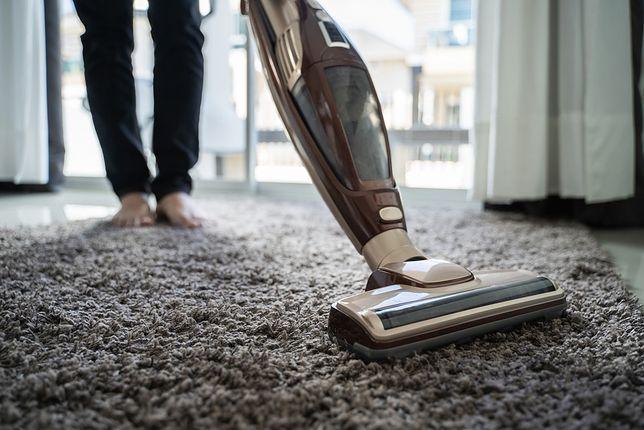 Odpowiednia moc odkurzacza pozwoli skutecznie poodkurzać zarówno podłogi twarde, jak i dywany