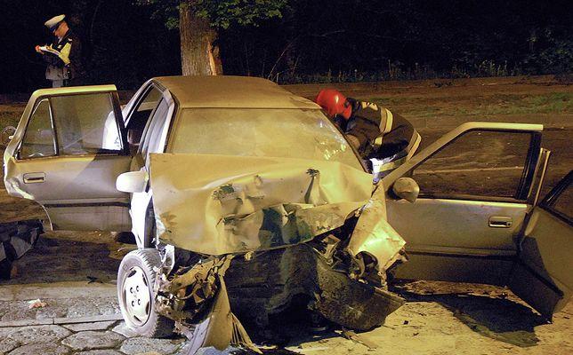 Skutki wypadku spowodowanego przez alkohol. Kierowca miał 1,5 promila we krwi