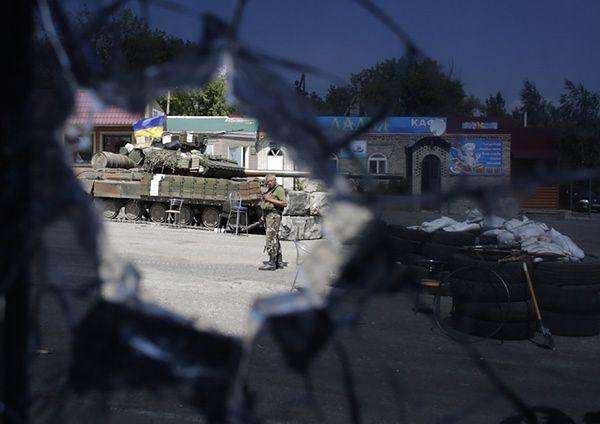 Rosyjscy bojownicy fotografują się na Ukrainie