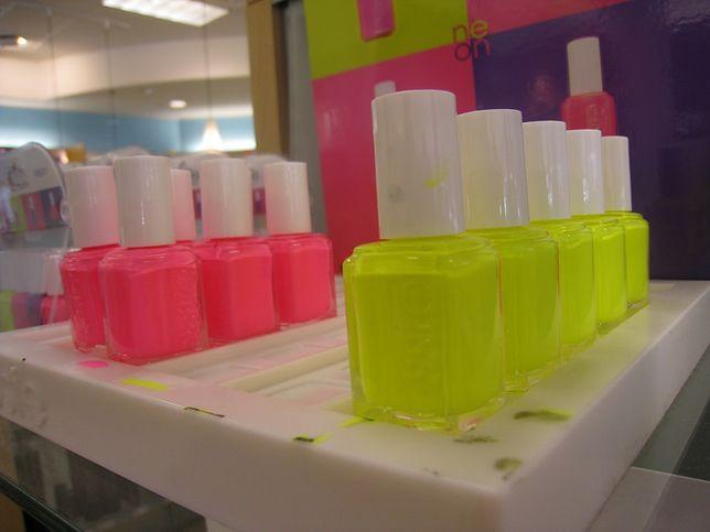 Neonowe paznokcie – jak zrobić neonowy manicure?