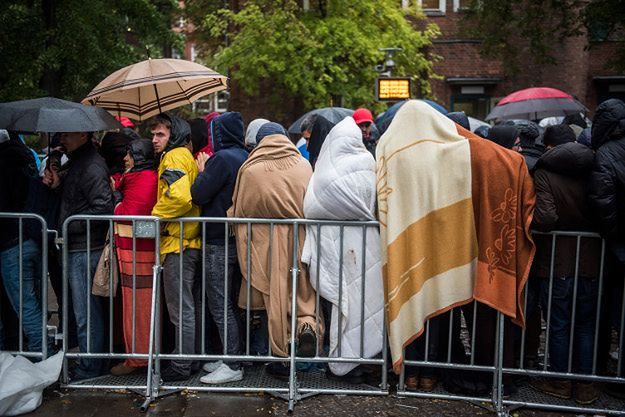 Imigranci czekający w kolejce do rejestracji; Berlin