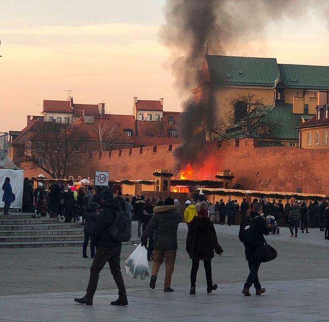 Warszawa, plac Zamkowy. Pożar na jarmarku świątecznym