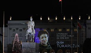 Warszawa. Iluminacja na cześć Olgi Tokarczuk na Pałacu Prezydenckim