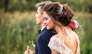 Fryzury ślubne na bok efektownie odsłaniają plecy