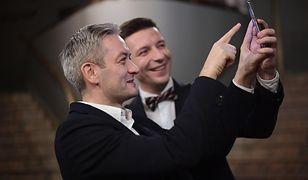 """Robert Bedroń (na pierwszym planie) podczas premiery warszawskiej nocnej rewii """"Nogi Syreny""""."""