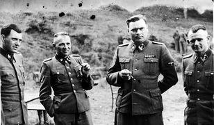 Rudolf Hoess - komendant obozu koncentracyjnego Auschwitz-Birkenau (drugi z lewej), na lewo od niego - dr Josef Mengele