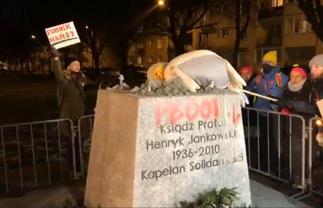 """Protest przed cokołem pomnika Jankowskiego. Położono na nim """"symbol wiernych"""""""
