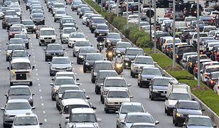 Kierowcy samochodów muszą uważać w korku na motocyklistów.