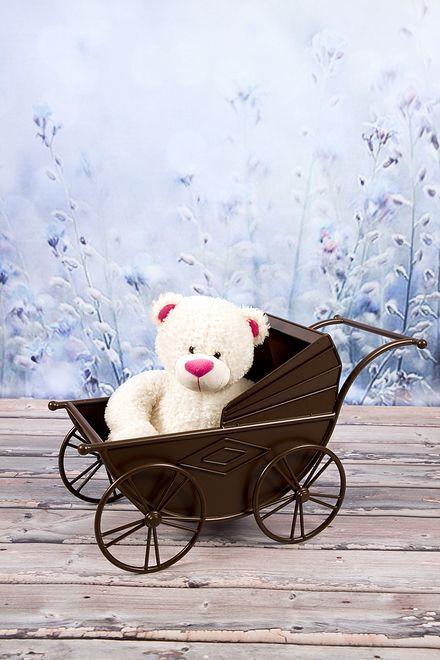 Bielsko-Biała. 64-latowi, idącemu chodnikiem spadł na głowę wózek dla lalek.