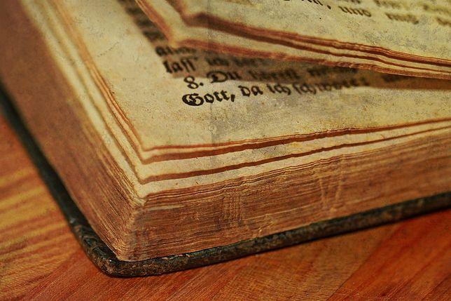 Powieść czekała na wydanie 400 lat. Wcześniej każdy, kto ją opracowywał nagle umierał