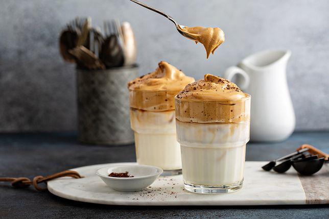 Dalgona coffee. Kawa o smaku krówki, która podbija internet