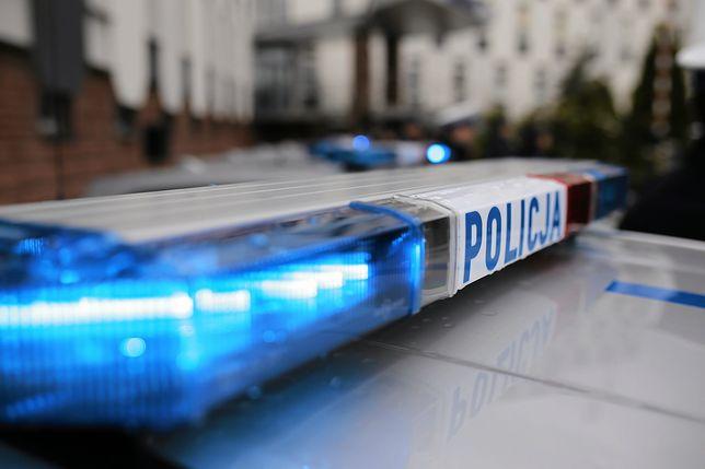 Nakło nad Notecią. Policja zatrzymała podejrzanych o zniszczenie drzwi do biura PiS